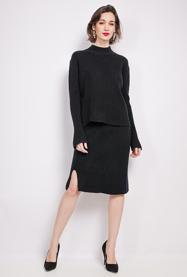 Sweater and skirt. The model measures 175 cm