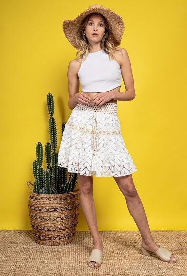 Skater skirt in lace, tassels. The model measures 170 cm