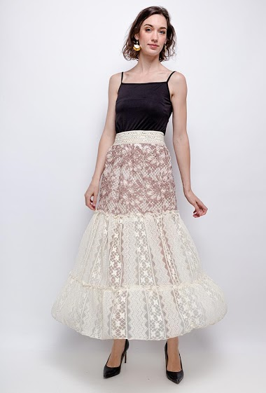 Skirt with lace. The model measures 177cm