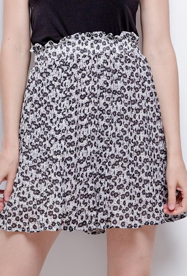 Skirt with printed flowers. The model measures 177cm