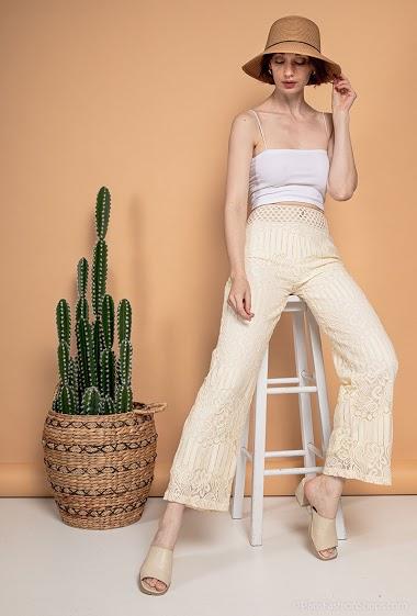 Pantalon en dentelle. La mannequin mesure 177cm