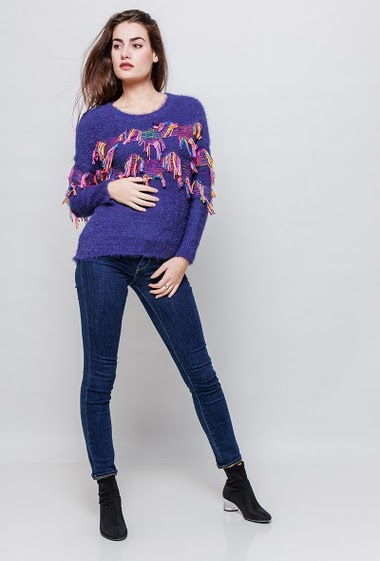Fluffy sweater, soft knit, colorful fringes. The model measures 172cm, one size corresponds to 38-40