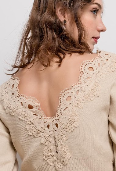 Sweater with lace. The model measures 177cm, one size corresponds to 10/12(UK) 38/40(FR). Length:57cm
