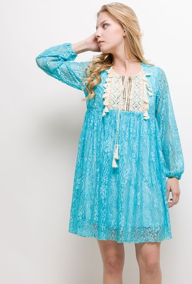 Lace dress with embroideries and tassels. The model measures 170cm and wears S/M. Length:90cm