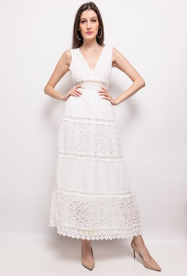Sleeveless dress in lace. The model measures 178 cm