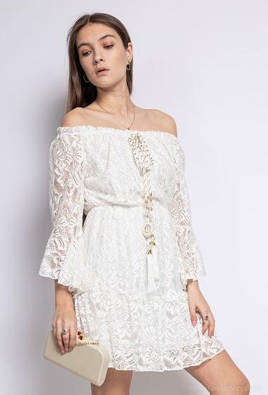Off shoulder dress, lace. The model measures 172 cm