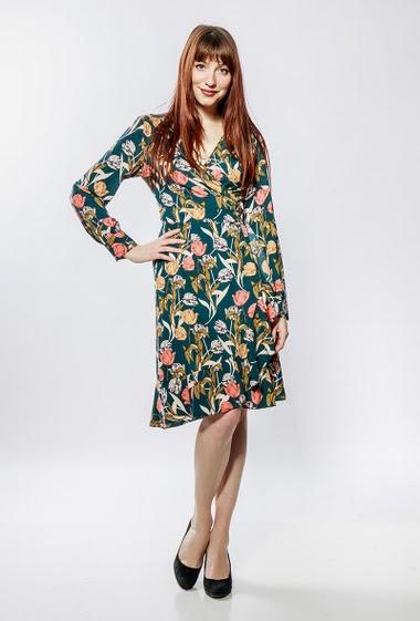 Cross dress, printed flowers, long sleeves, fluid fabric. The model measures 177cm and wears S