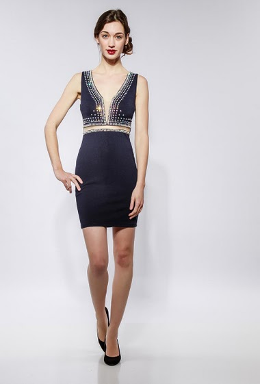 Sleeveless dress decorated with strass and pearls, V neck, close fit. The model measures 177cm and wears S