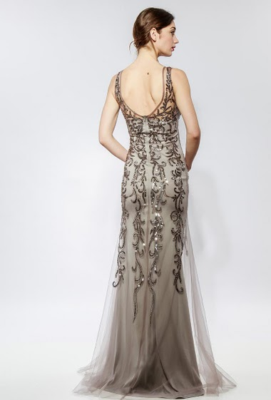 Sleeveless long dress, embroidered sequins and pearls, transparent back, padded chest. The model measures 177cm and wears S
