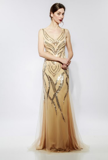 Sleeveless long dress in tulle, embroidered sequins, padded chest. The model measures 177cm and wears S