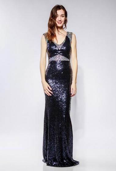 Robe longue brillante, bordure ornée de strass diamants. Le mannequin mesure 177cm et porte du S