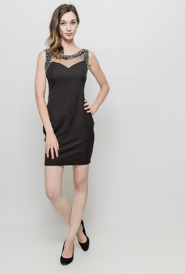 Sleeveless dress, border decorated with pearls, transparent yoke, scoop back, zip closure, close fit. The mannequin measures 177 cm and wears S