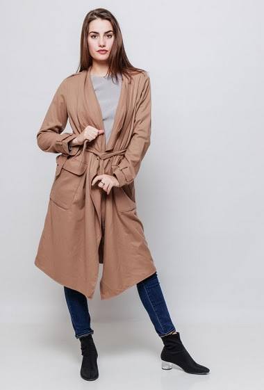 Trench-coat with pockets and belt. The model measures 172cm and wears S