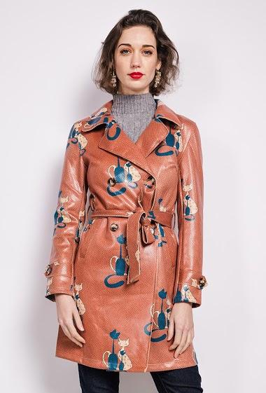 Printed trench-coat, belt. The model measures 175 cm