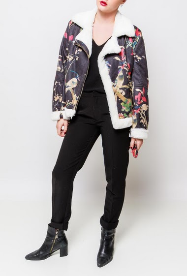 Suede jacket with fur inner, belt, pockets. The model measures 170cm and wears S