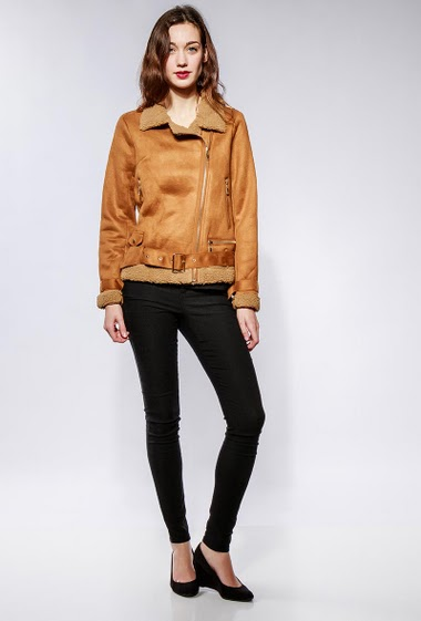 Suede jacket with fur inner, pockets, zip closure, belt. The model measures 177cm and wears S