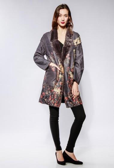 Veste longue en suédine et intérieur en fourrure, poches, fleurs imprimées. Le mannequin mesure 177cm et porte du S