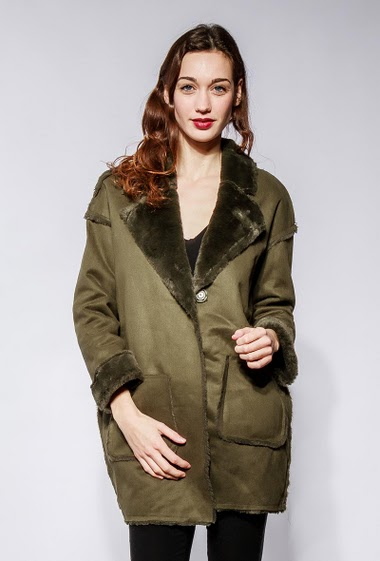 Suede jacket with fur inner, pockets, press stud closure. The model measures 177cm and wears S