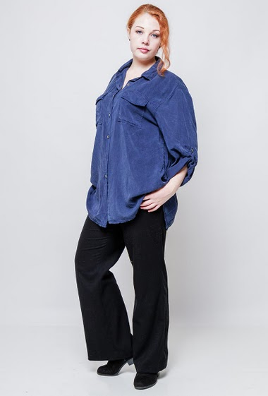 Shirt with roll-up sleeves, back with shiny printed star, casual fit. The model measures 172cm, one size corresponds to 42/46