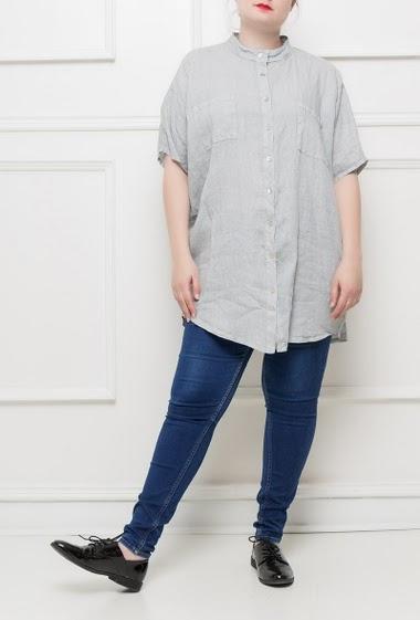 Chemise longue avec dos ouvert, poches plaquées, coupe ample