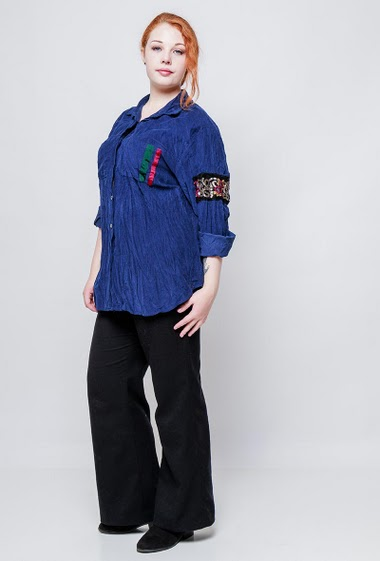 Velvet shirt, sleeve decorated with sequins, casual fit. The model measures 172cm, one size corresponds to 42/44