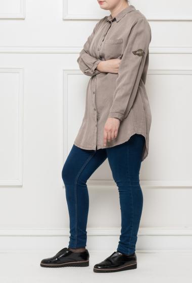 Chemise longue avec une poche, patch sur la manche