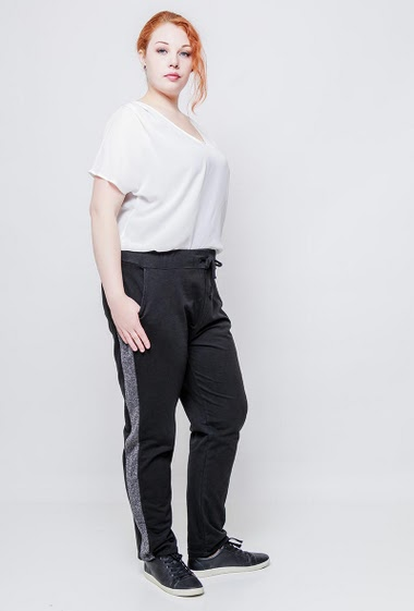 Casual pants with elastic waist, side with shiny bands with lurex. The model measures 172cm, one size corresponds to 42/44