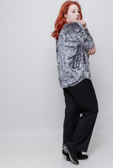Velvet top, collar with buttons, regular fit. The model measures 172cm, one size corresponds to 42-46