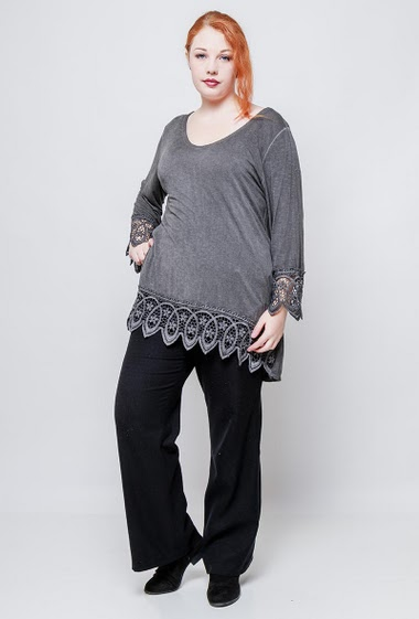 Tunic with lace border, 3/4 sleeves. The model measures 172cm, one size corresponds to 42/46