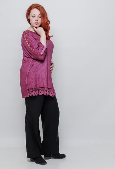 Tunic with lace yoke, 3/4 sleeves, floral border, casual fit. The model measures 172cm, one size corresponds to 42-46