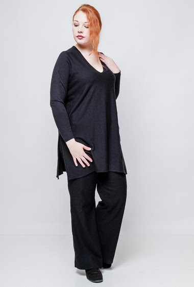 Knitted tunic, V neck, lateral split. The model measures 172cm, one size corresponds to 42/46