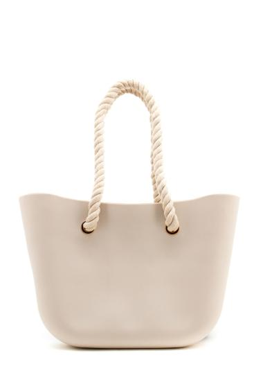 Zipped silicone bag with two thick and braided ropes by way of handles, designed to be worn on the shoulder or arm. This beach bag is to be worn all summer at the beach or in town. With its silicone material, don't be afraid of splashing. Lenght x height x widht : 45 cm x 29 cm x 8 cm