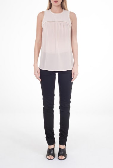 Sleeveless top with round neck, cut-out at the top of the chest, lace finish with neckline and armhole,  slide fastening to the back.