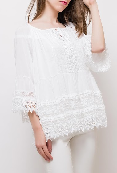 Blouse with lace insert, loose fit. The model measures 175cm, one size corresponds to 10/12(UK) 38/40(FR). Length:70cm