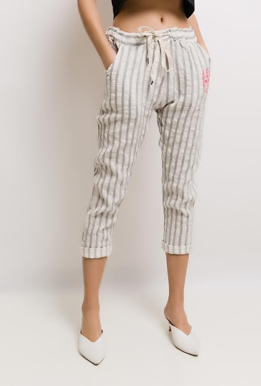 Pantalon avec tête de mort imprimée. La mannequin mesure 176cm, TU correspond à 38/40