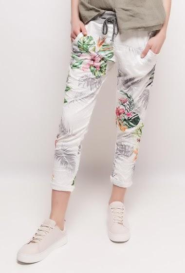 Pantalon jogging à imprimé fleurs tropicales. La mannequin mesure 174cm, TU correspond à 38/40