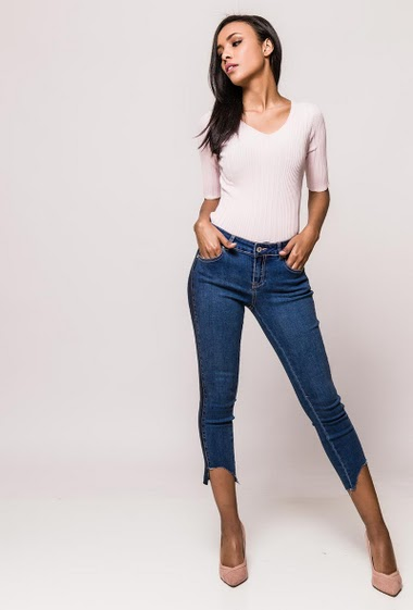 Cropped jeans with constrasting stripe, raw edges. The model measures 170cm and wears S/8