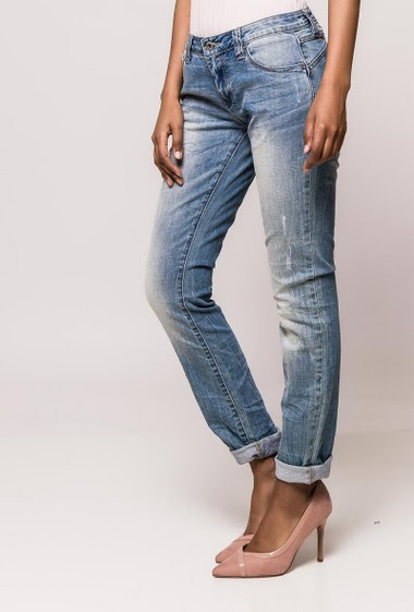 Faded casual  jeans. The model measures 170cm and wears S/8
