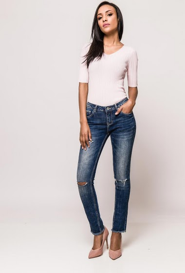 Jeans with rips, raw edges. The model measures 170cm and wears S/8