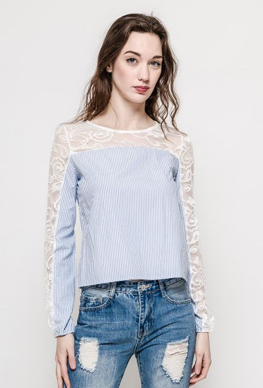 Blouse with transparent lace long sleeves. The model measures 177cm and wears M. Length:50cm
