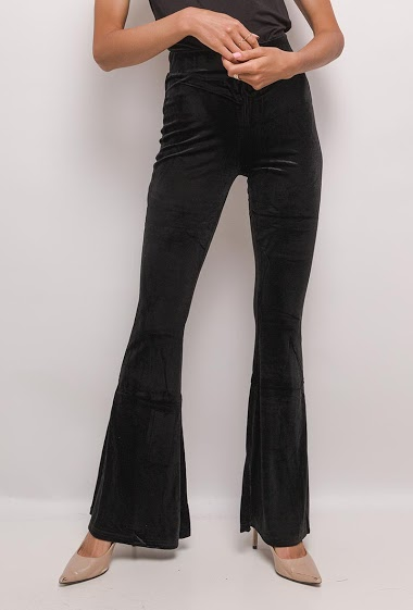 Pantalon en velours. La mannequin mesure 171cm