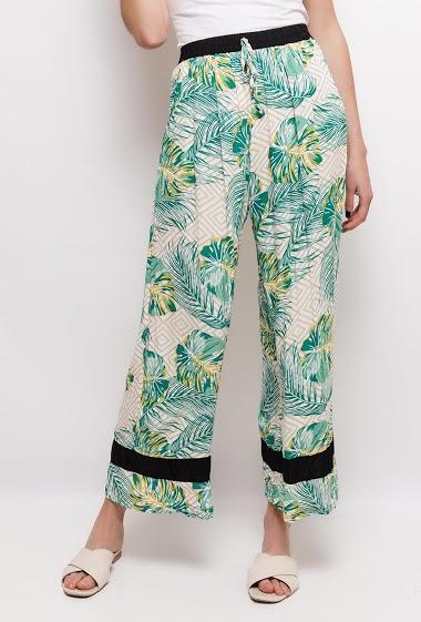 Pantalon à imprimé tropical. La mannequin mesure 177cm et porte du S/M