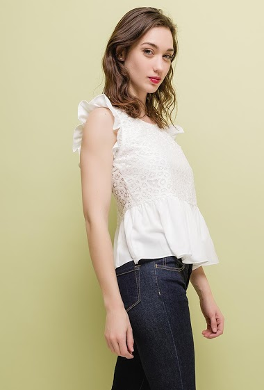 Blouse with ruffles, back without lining. The model measures 177cm and wears S. Length:55cm