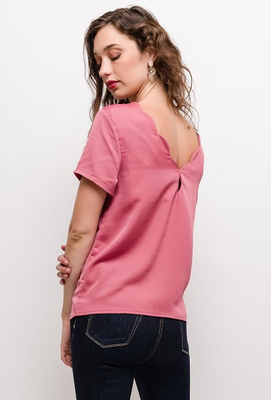 Blouse with scalloped hem, short sleeves. The model measures 177cm and wears S. Length:60cm