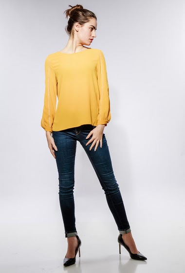 Blouse with long sleeves, sleeves with contrasting piping. The model measures 172cm and wears S