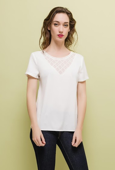 Short sleeve blouse, lace yoke. The model measures 177cm and wears S. Length:60cm