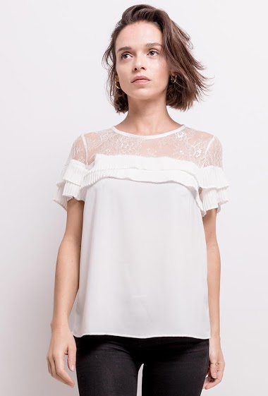 Blouse with pleated detail, refined lace. The model measures 170cm and wears S. Length:67cm