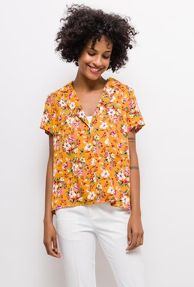 Printed blouse. The model measures 177cm and wears S. Length:60cm
