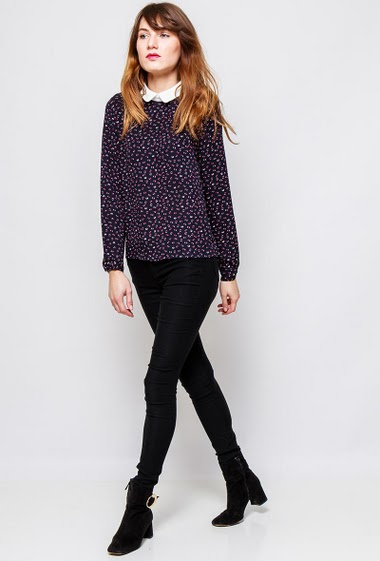 Patterned crepe top, peter pan collar, regular fit. The  model measures 178cm and wears S