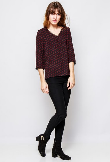 Fluid blouse, geometric pattern, 3/4 sleeves, regular fit, V neck with lace detail. The  model measures 178cm and wears S